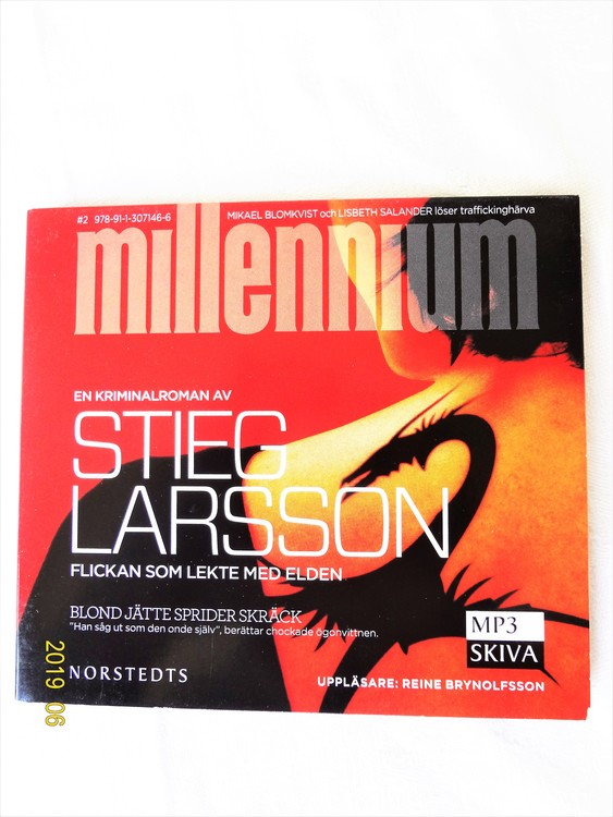 """Stieg Larsson """"Flickan som Lekte med Elden"""" mycket bra skick begagnad."""