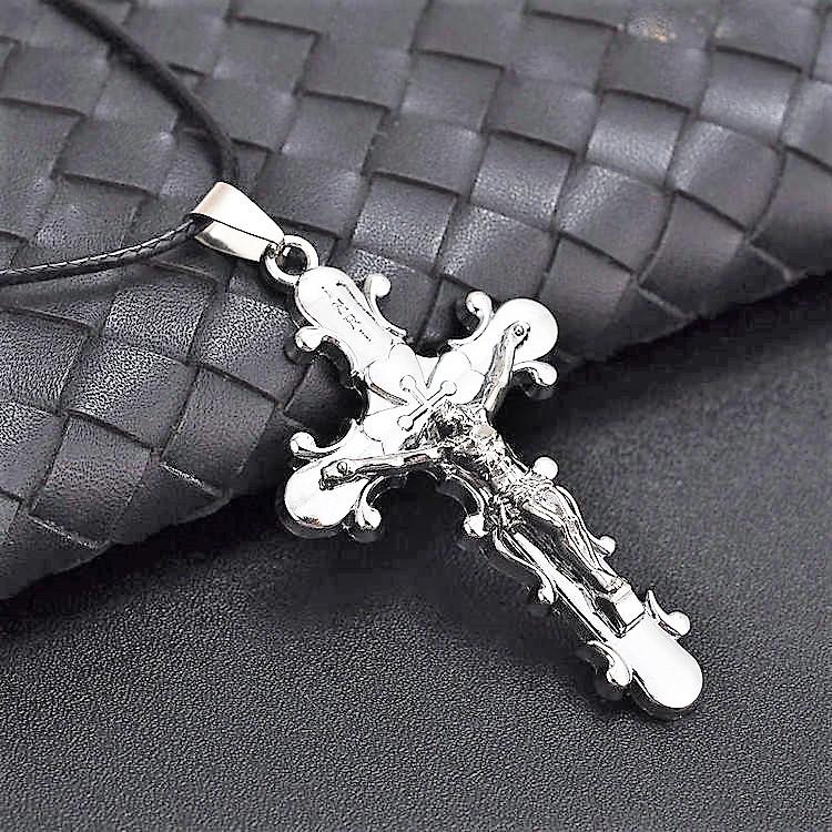 Kors i silver. Rostfritt stål med läderband.