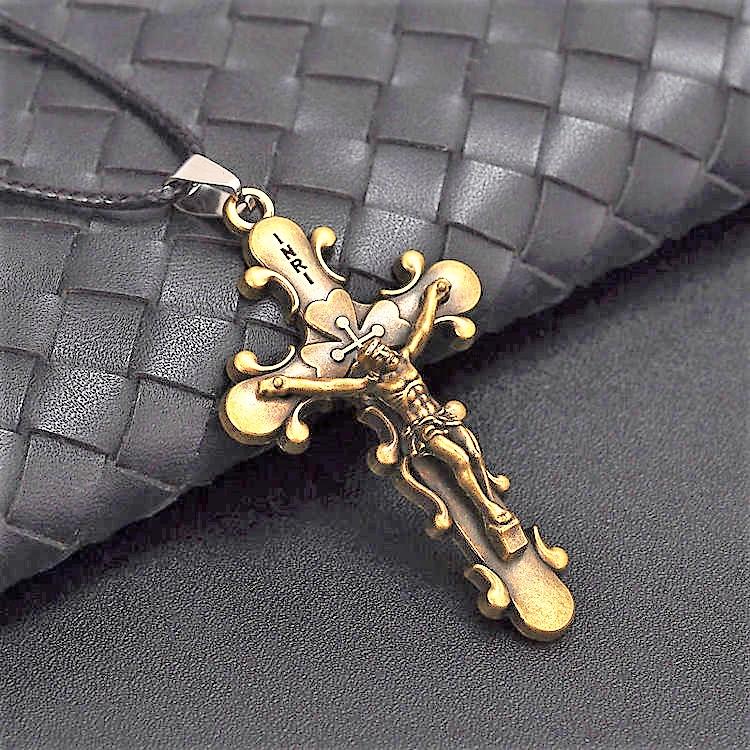 Kors i brunt.Rostfritt stål med läderband.ca.5.7cm*b3.2cm. Band ca: 42 cm