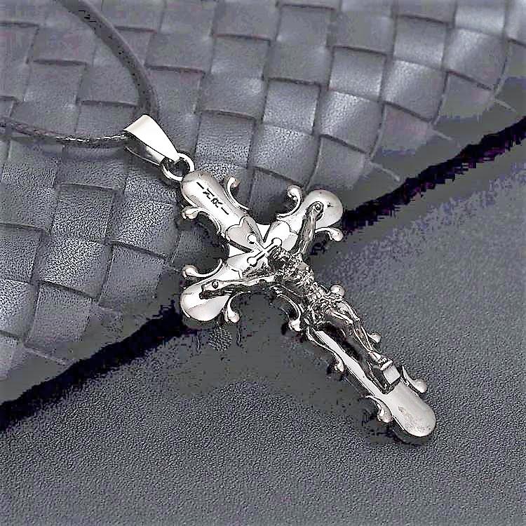 Kors svart tonad Rostfritt stål med läderband.Stl:ca 5.7 cm*3.2 cm.Band:ca 42 cm