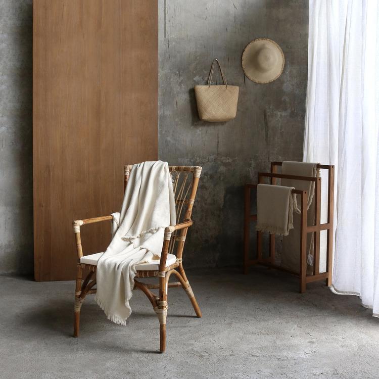 Elegant ljus rottingstol med armstöd