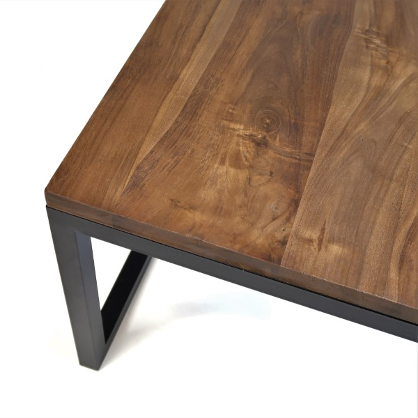 soffbord i valnötsfärgad teak och svart underrede i metall