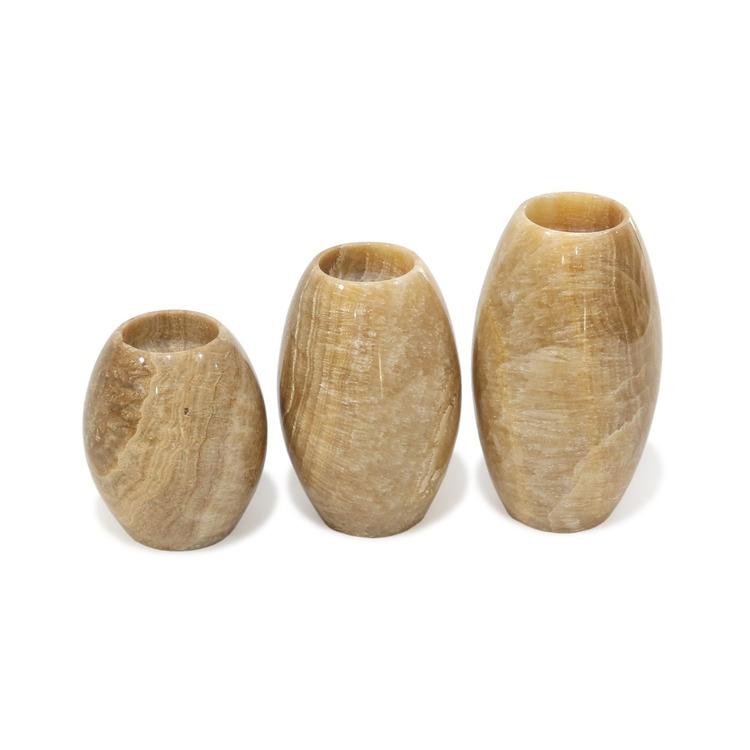 Tre ljuslykotor av beige onyx