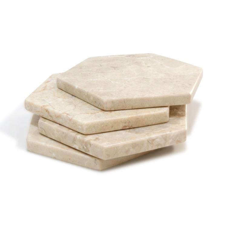 Beige marmorunderlägg staplade på varandra