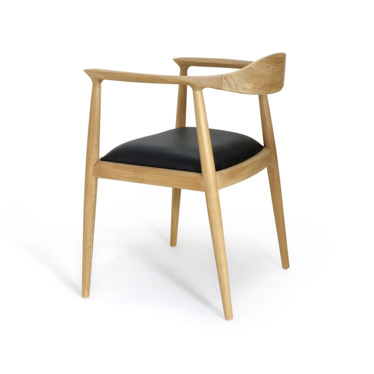 Designstol av trä och läder