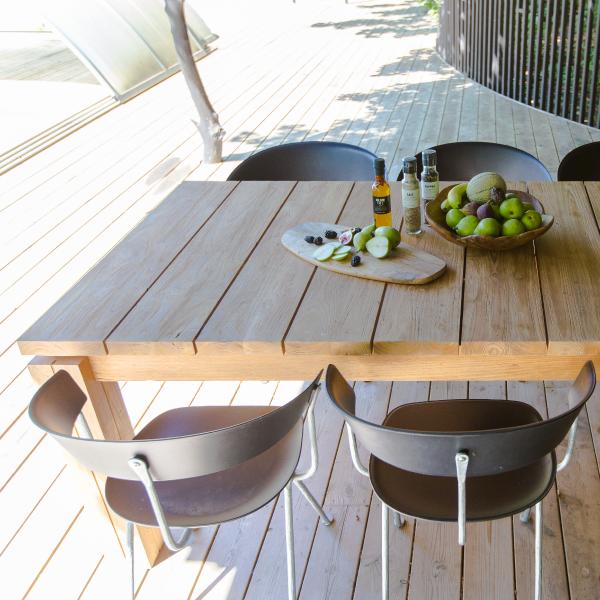 Matbord av trä och 4 stolar