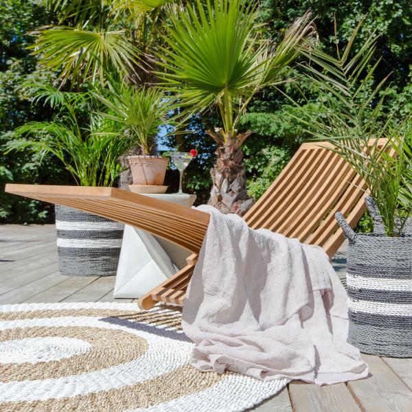 Solstol av teak i trädgård