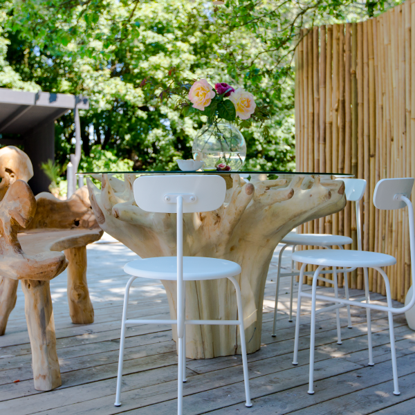 Matbord av teak och glas placerat utomhus