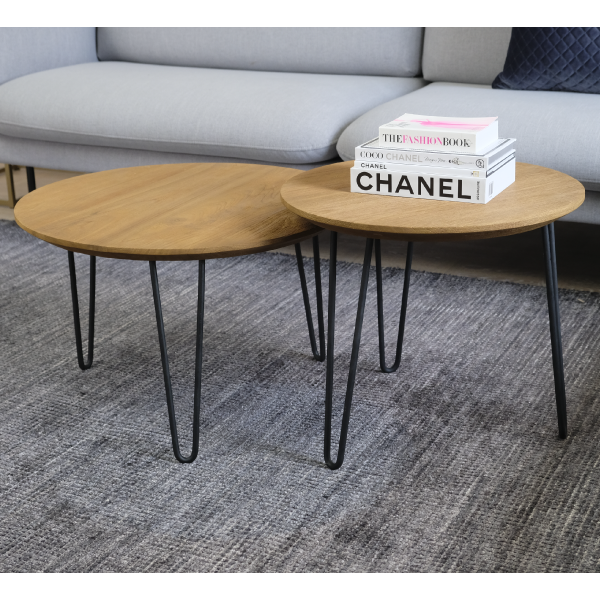 Två teaksoffbord med metallben och grå soffa