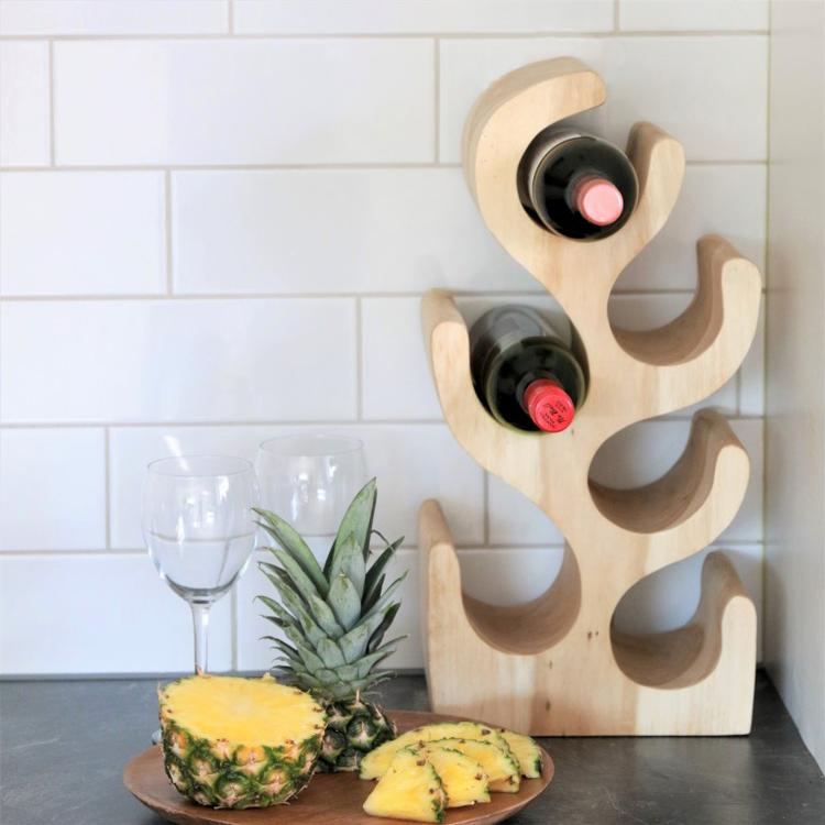 Vinställ med två vinflaskor som står på köksbänk