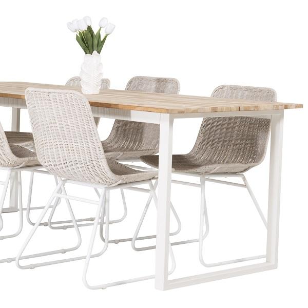 Matbord med matstolar