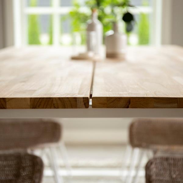 Matbord av trä med metallben