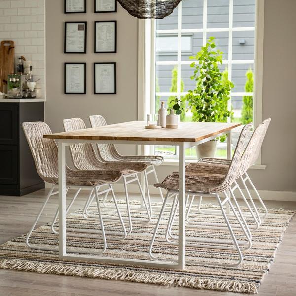 Matsalsgrupp med matbord och stolar