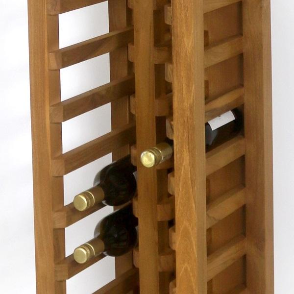 Närbild på vinställ av trä med flaskor i