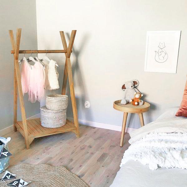 Liten klädställning av återvunnen teak för sovrum, badrum och hall