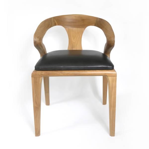 matstol av trä med svart sits