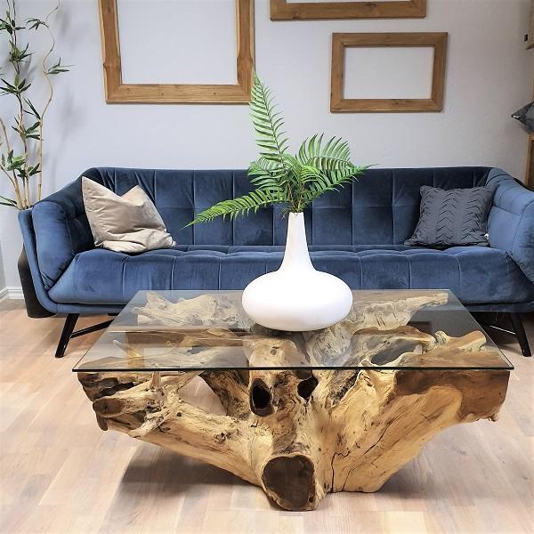 blå soffa och soffbord av glas och trä