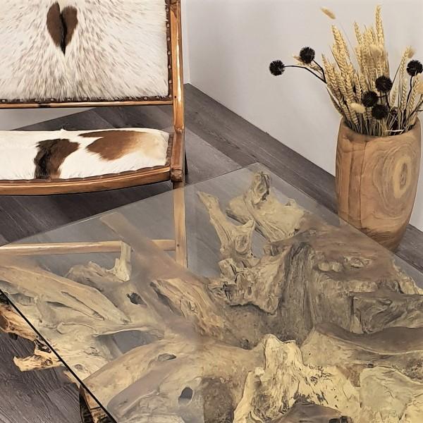 närbild på soffbord av glas och trä