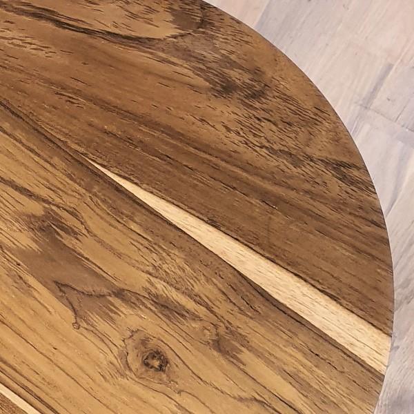 närbild på bordskiva i trä