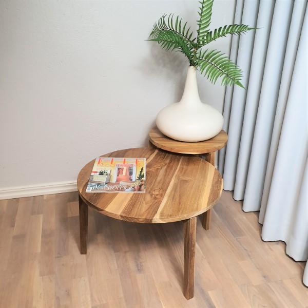 Två träbord i olika höjd och storlek
