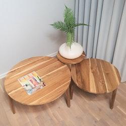 Set med tre runda soffbord av teak