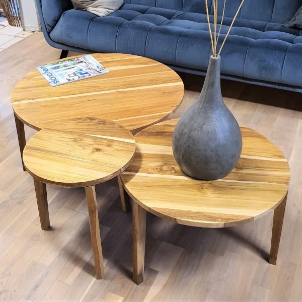 3 träbord i olika storlek med vas på