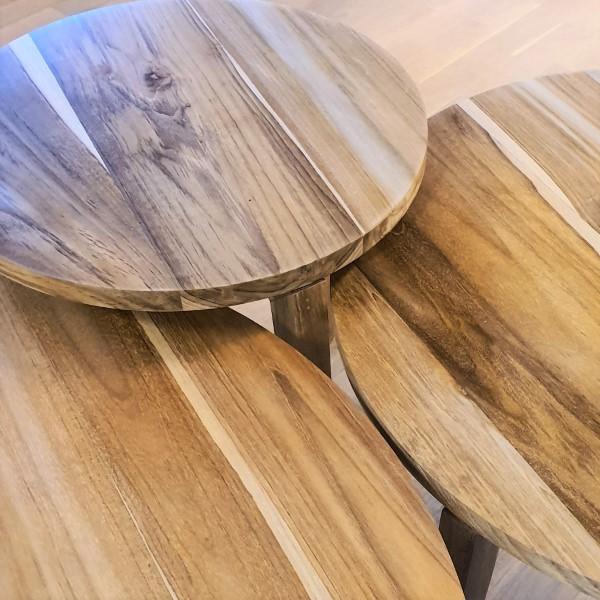Närbild på tre bordskivor av trä