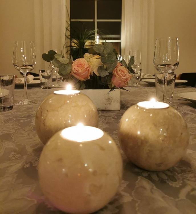 tända ljus i marmorljushållare