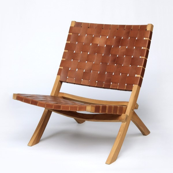 Brun träfåtölj med lädersits