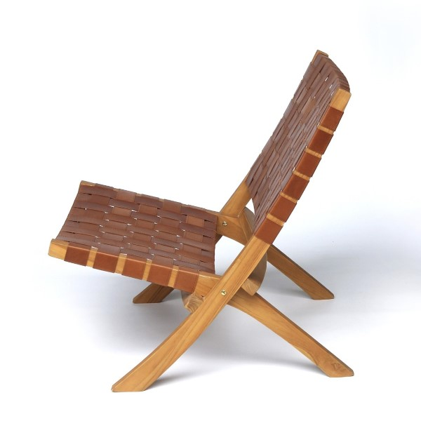 brun fåtölj av trä och läder