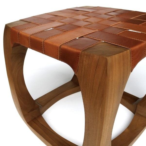 Närbild på pall av trä och läder