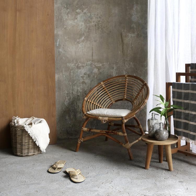 Rottingstol med bord i miljö