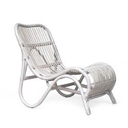 Vit loungestol av rotting med fotpall