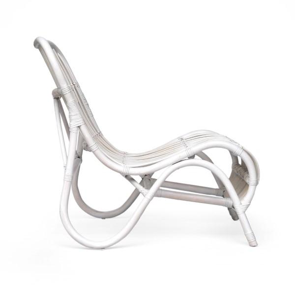 Vit rottingstol sedd från sidan