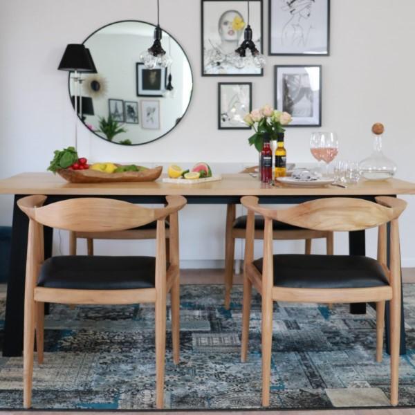Bord med fyra matstolar av teak och läder