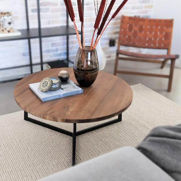 soffbord i massiv teak med metallben och hopfällbar loungestol i teak och läder