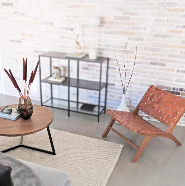mörkt träsoffbord och loungestol i skinn Frinello JF02