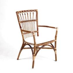 Elegant antik rottingstol med armstöd