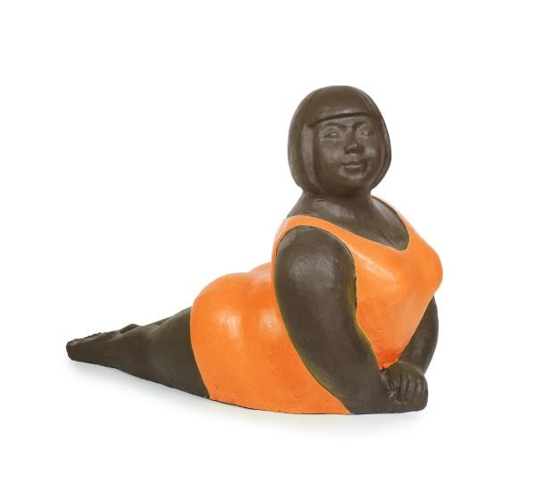Baddam i orange baddräkt