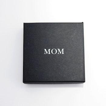 "Presentask ""Mom"" svart/vit 86x86x26 mm"