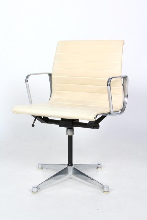 Grupp, Herman Miller/Vitra, EA-108 & Segmented Table - Charles & Ray Eames