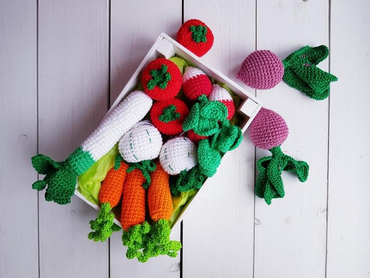 Virkade grönsaker i trälåda