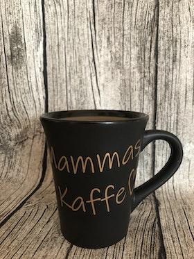 """Kopp med text """"Mammas/Pappas Kaffe Shh..."""""""