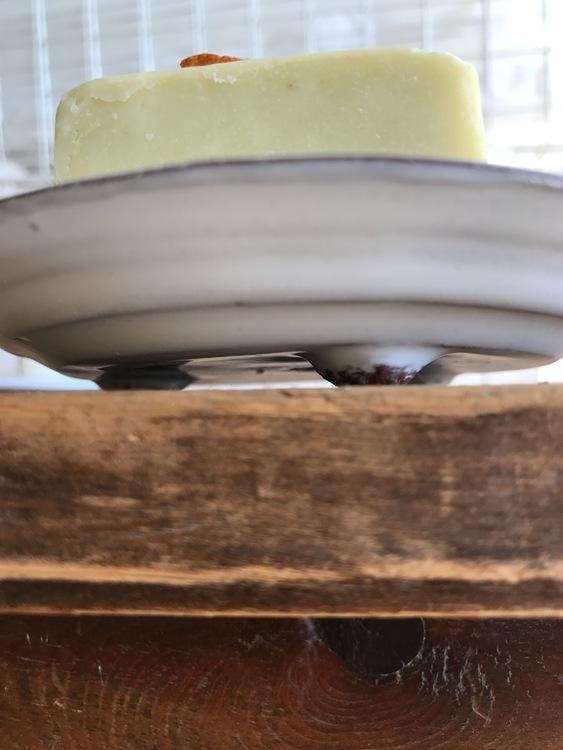 Stort tvålfat i vit keramik handgjord av keramiker Annika Wallström.