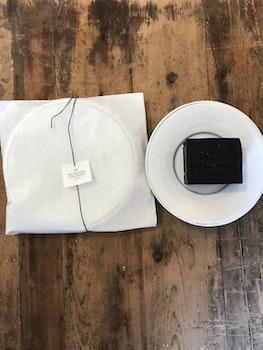 Litet handdrejat tvålfat i vit keramik från Solhöjdens Tvålmakeri