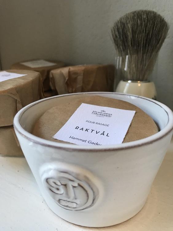 Vacker rakskål, handgjord i vit keramik