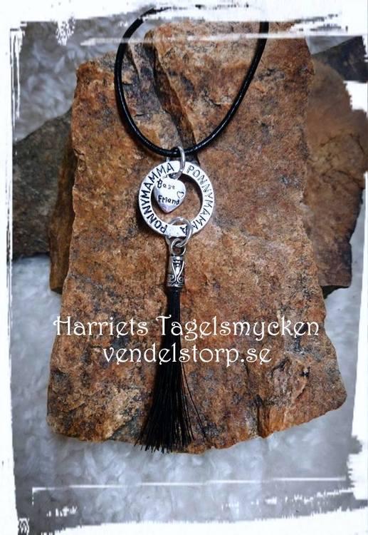 Halsband med budskapsring PONNYMAMMA och tagel