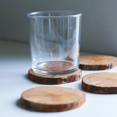 Fyra handgjorda glasunderlägg i björk