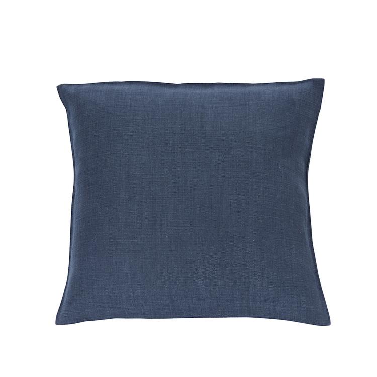 Kudde med fodral i marinblått linne med grov struktur.