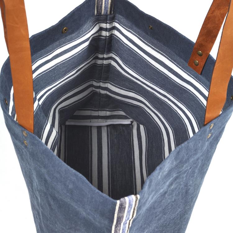 Den öppna väskan har blått foder med vita ränder.